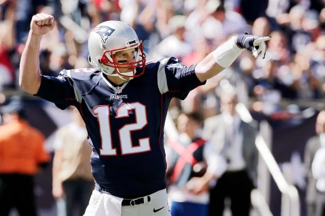 Tom Brady est le quatrième quart à atteindre... (AP, Charles Krupa)