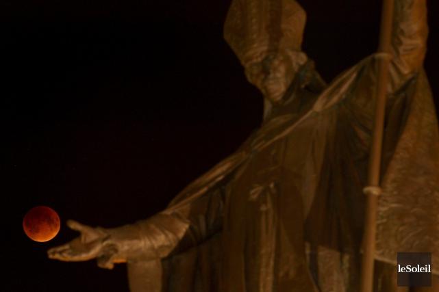 La superlune, présentée par la statue de Mgr... (Le Soleil, Yan Doublet)