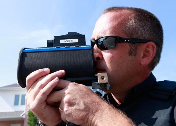 Un automobiliste est passé devant le radar des policiers à haute vitesse avant... (Simon Séguin-Bertrand, Archives LeDroit)