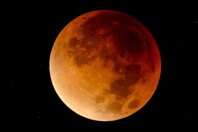 La lune, vue depuis la Hongrie.... (Photo Peter Komka, AP)