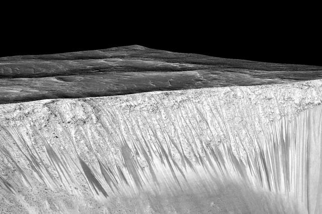 Les curieuses lignes qui entaillent les pentes de... (PHOTO NASA)