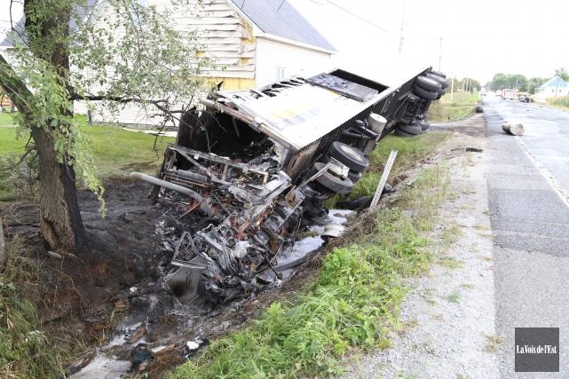 Une collision frontale impliquant un camion semi-remorque de 53 pieds et une... (Photo La Voix de l'Est)