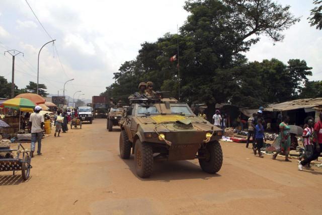 Un convoi des forces française Sangaris circule dans... (PHOTO EDOUARD DROPSY, AFP)
