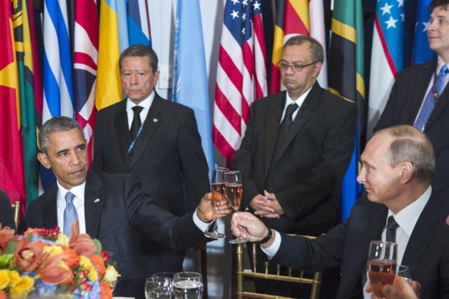Après avoir trinqué avec plusieurs dirigeants assis à... (PHOTO REUTERS)