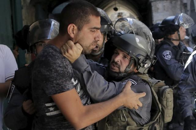Les policiers lourdement équipés et jusqu'alors postés à... (PHOTO REUTERS)