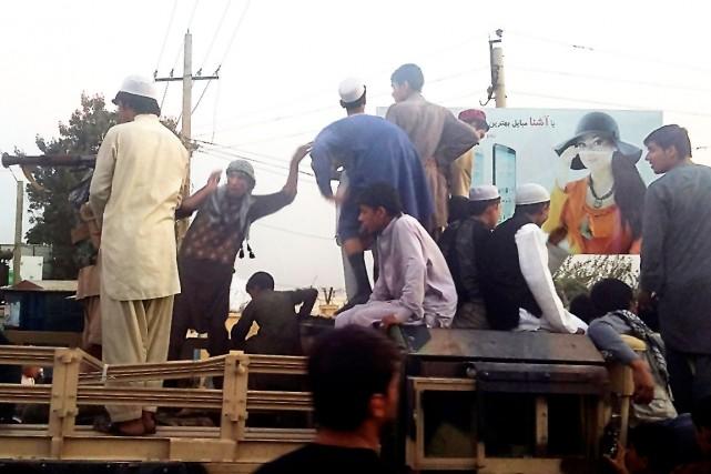 Les rebelles talibans contrôlaient lundi la majeure partie... (AP, Hekmat Aimaq)