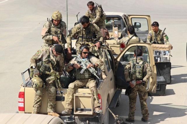 Des membres des forces spéciales arrivent à l'aéroport... (PHOTO NASIR WAQIF, AFP)