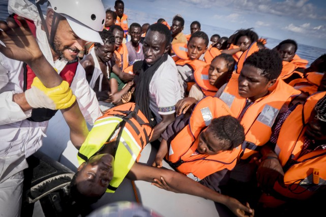 Un membre de Médecins sans frontières hisse un... (PHOTO RICARDO GARCIA VILANOVA, AFP)