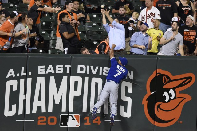 Ben Revere sautant en vain sur le mur... (Associated Press)