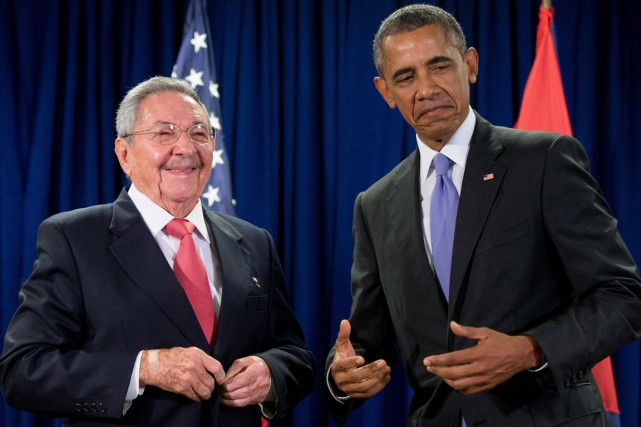 Tout sourire, le président cubain (à gauche) et... (PHOTO ANDREW HARNIK, AP)