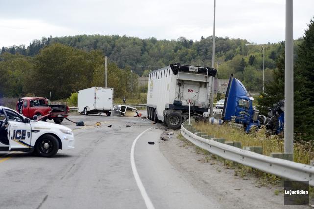 La collision entre une camionnette et un camion-remorque... (Photo Le Quotidien, Jeannot Lévesque)