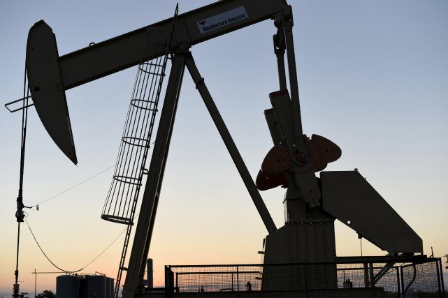 Les cours du pétrole se repliaient mercredi en fin d'échanges européens, les... (PHOTO NICK OXFORD, REUTERS)