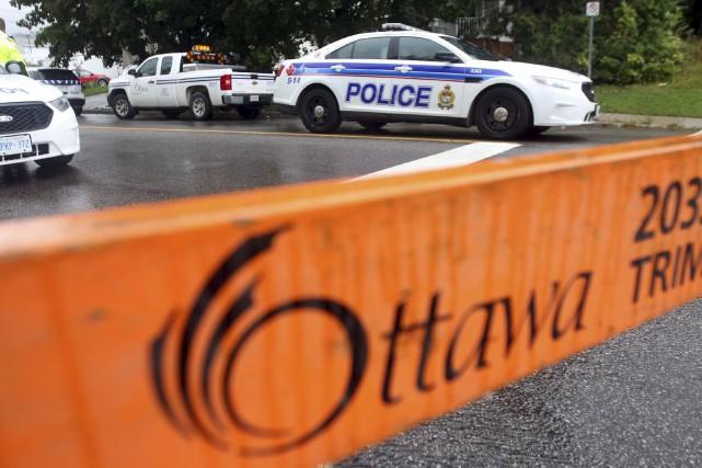 Après une journée tendue, la police d'Ottawa et ses négociateurs ont finalement... (Etienne Ranger, LeDroit)