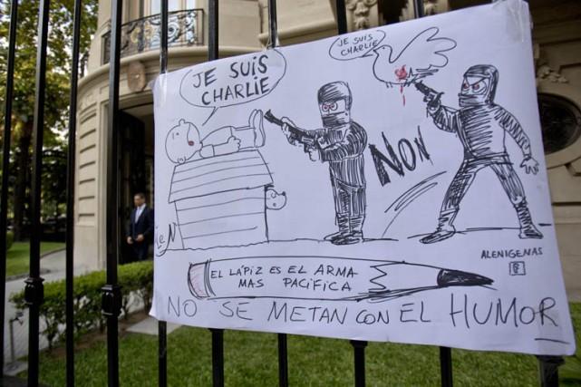 Un dessin honorant les victimes de Charlie Hebdo... (PHOTO AP)