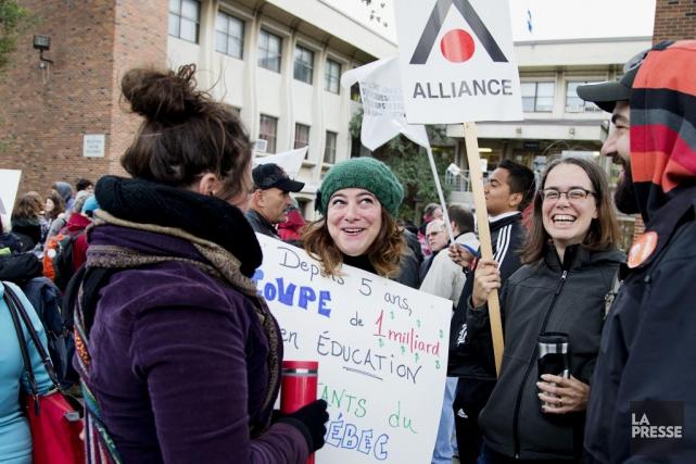 Des enseignants manifestent devant l'école Joseph-Francois Perrault, à... (PHOTO ALAIN ROBERGE, LA PRESSE)