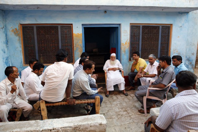 Des proches de Mohammad Akhlaq sont réunis dans... (PHOTO MANISH SWARUP, AP)