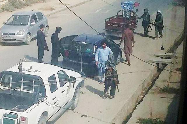 Des combattants talibans patrouillent dans les rues de... (PHOTO REUTERS/STRINGER)