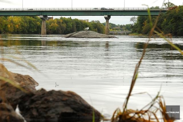La pluie des derniers jours a provoqué de nouveaux déversements d'égouts... (Archives La Tribune)