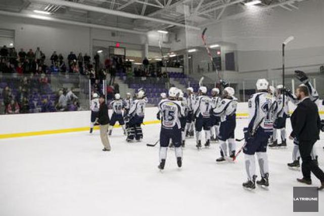 Les Cougars du Collège Champlain ont poursuivi leur solide début de saison au... (Archives La Tribune, René Marquis)