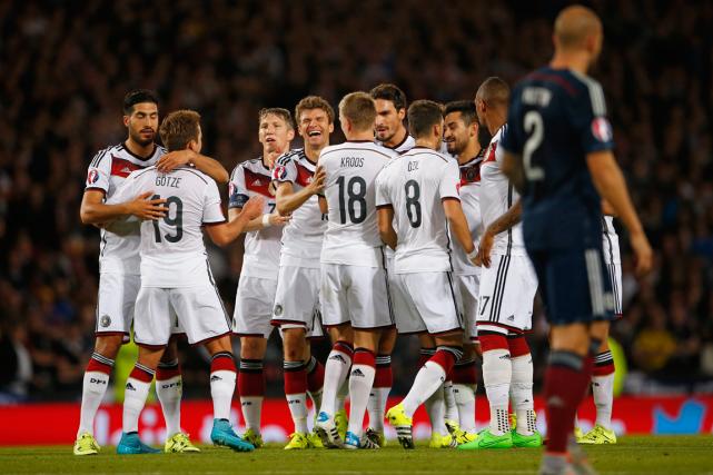 Les joueurs de l'Allemagne célébrant un but lors... (Photo Lee Smith, Reuters)