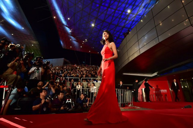 L'actrice chinoise Tang Wei a salué la foule... (PHOTO JUNG YEON-JE, AFP)