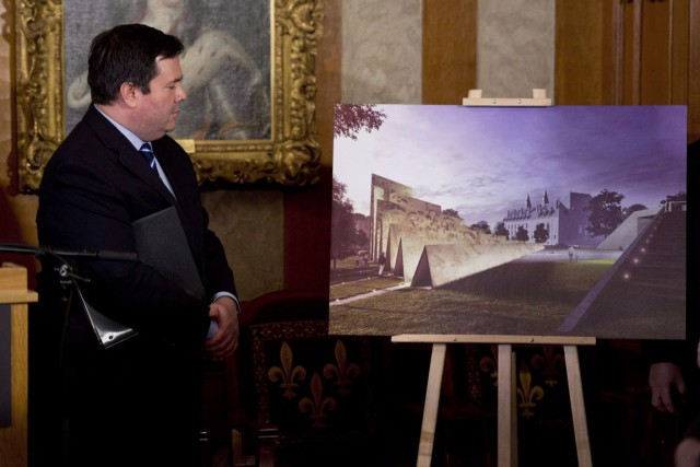 Jason Kenney, lors d'une présentation du monument, en... (Archives, La Presse Canadienne)
