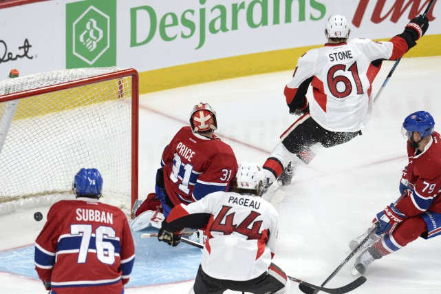 Mark Stone bat le gardien du Canadien Carey... (PHOTO BERNARD BRAULT, LA PRESSE)