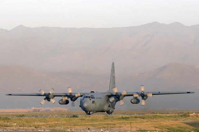 Le C-130 est un avion de transport militaire... (Photo archives AFP)