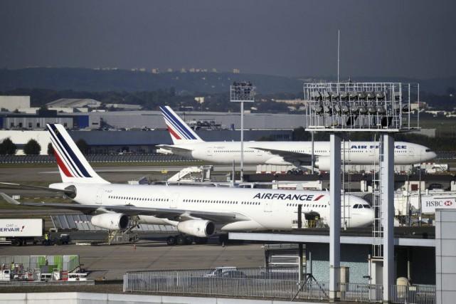 Près de 3000 postes menacés à court terme, retrait de 14 avions long-courriers... (PHOTO ERIC FEFERBERG, ARCHIVES AFP)