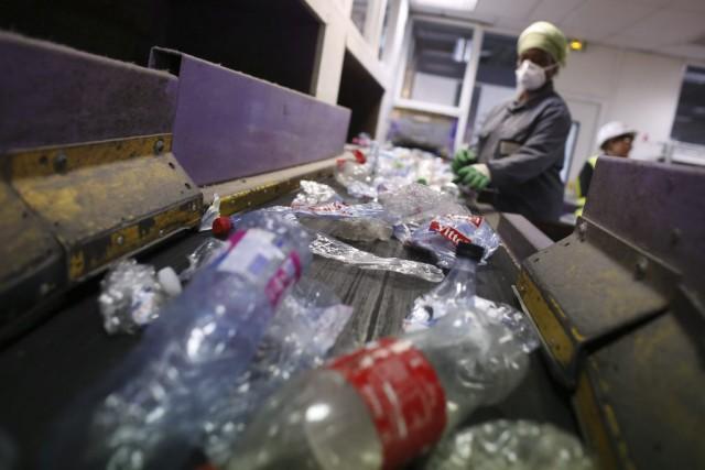 Un employé effectue le tri des des matières... (PHOTO THOMAS SAMSON, AGENCE FRANCE-PRESSE)