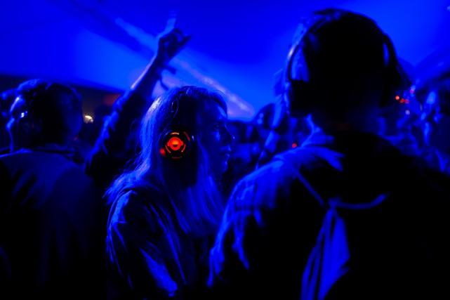 Des gens dansent avec leurs écouteurs au festival... (PHOTO OLI SCARFF, ARCHIVES AFP)