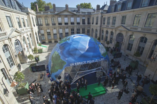 Un dome représentant la Terre est installé au... (PHOTO MICHEL EULER, ASSOCIATED PRESS)