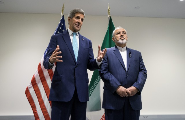 John Kerry aux côtés de son homologue iranien,... (Photo Craig Ruttle, archives AP)