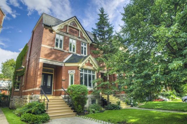 La maison n'est jumelée à une autre que... (Photo fournie par Engel&Volkers Montréal)