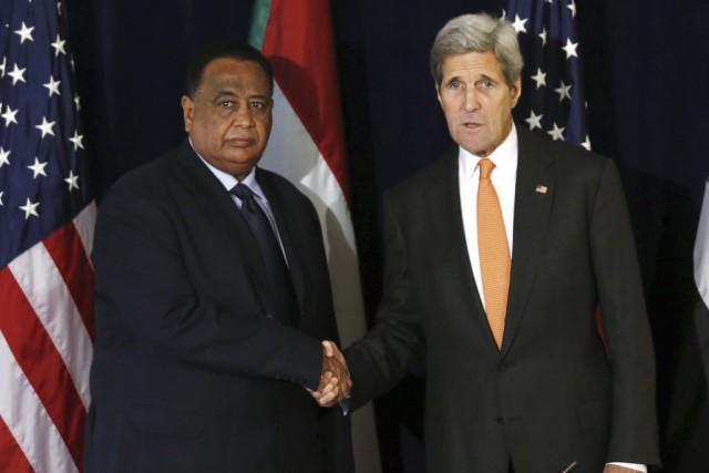 Le secrétaire d'État américain John Kerryet le ministre... (PHOTO KENA BETANCUR, AFP)