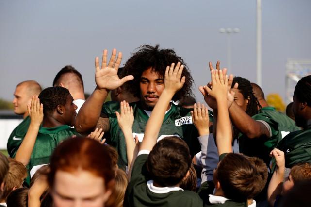 L'ailier défensif Leonard Williams s'est mêlé aux jeunes... (AP, Matt Dunham)
