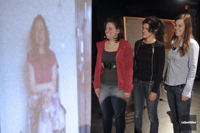 Claudia Torres, dont l'image apparaît sur un écran,... (Photo Le Quotidien, Rocket Lavoie)