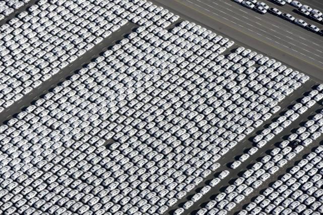 Des milliers de véhicules Volkswagen sont prêts à... (AFP, Ingo Wagner)