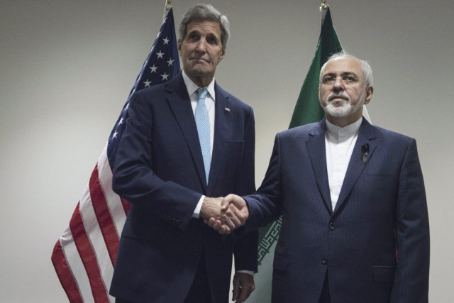 John Kerry et Mohammad Javad Zarif... (PHOTO STEPHANIE KEITH, REUTERS)