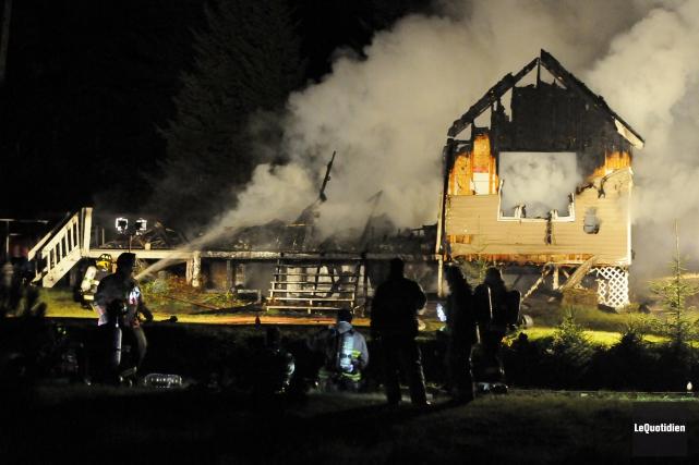 La résidence ravagée par les flammes hier soir... (Photo Le Quotidien, Mariane L. St-Gelais)