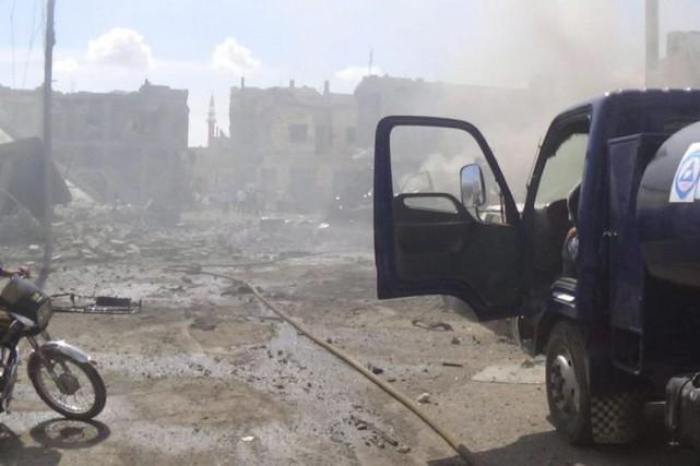 Des frappes russes ont eu lieu à Talbiseh,... (PHOTO AP/FOURNIE PAR DÉFENSE CIVILE EN SYRIE)