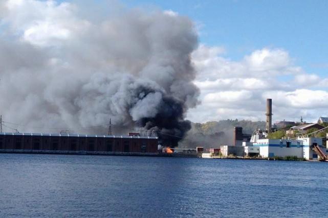 Vers midi, un épais panache de fumée noire... (Photo: courtoisie: Francis Fortin)