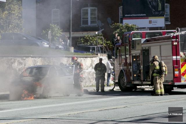 Une voiture a pris feu subitement sur la rue King Ouest samedi après-midi,... (Photo Imacom, René Marquis)