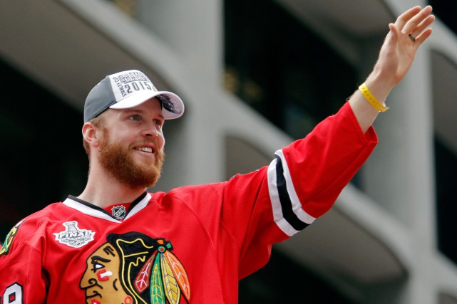 Bryan Bickell lors de la parade de la Coupe... (PHOTO JON DURR, ARCHIVES USA TODAY)