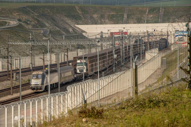 Le site du tunnel, qui totalise 650 hectares... (PHOTO PHILIPPE HUGUEN, AFP)