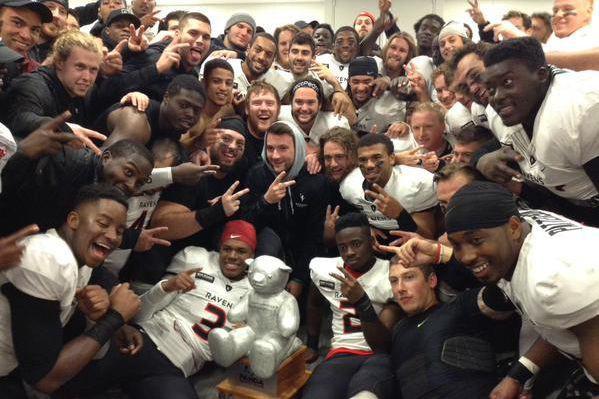 Les joueurs ont célébré avec le trophée Panda... (Photo tirée de Twitter, Carleton Ravens)