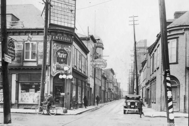 La rue des Fossés n'a pas seulement changé de nom au fil du temps, elle a aussi... (Archives de la Ville de Québec, Thaddée Lebel (numéro du négatif : N000008))