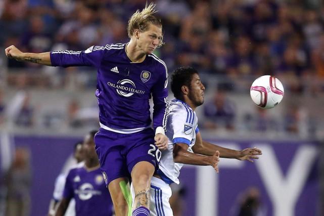 Brek Shea et Johan Venegas bataillent pour la... (AP, Jacob Langston)