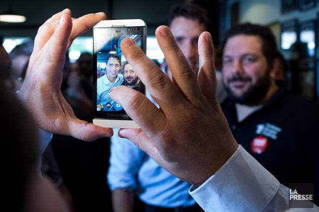 Des citoyens se font prendre en photo avec... (PHOTO MARTIN TREMBLAY, ARCHIVES LA PRESSE)