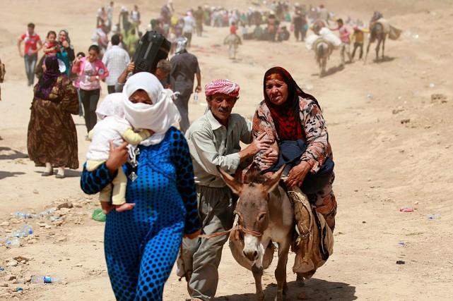 Des Syriens fuient leur pays et traversent la... (Photo Hadi Mizban, AP)